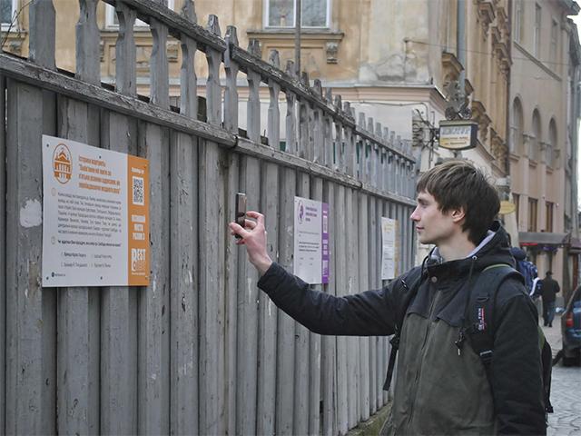 У центрі Львова встановили «інтригуючі» інтерактивні таблички