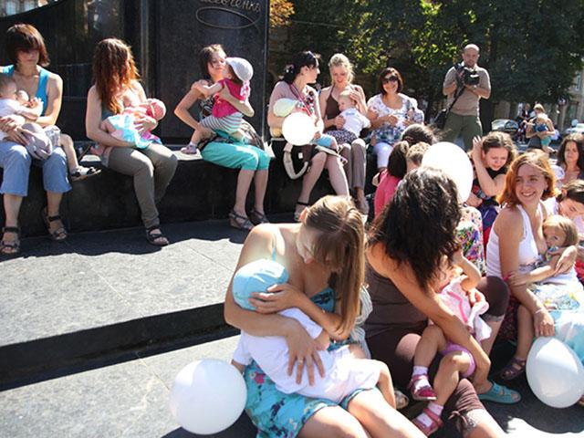 У центрі Львова мами влаштували масове годування грудьми