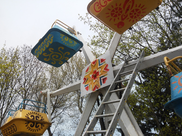 Львівські митці розмалювали та підмалювали дитячі атракціони у Парку культури